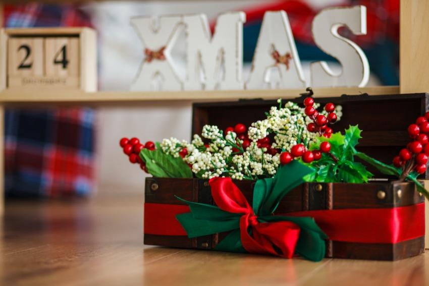 フラワーアレンジメントを使ったクリスマスコーナーの作り方