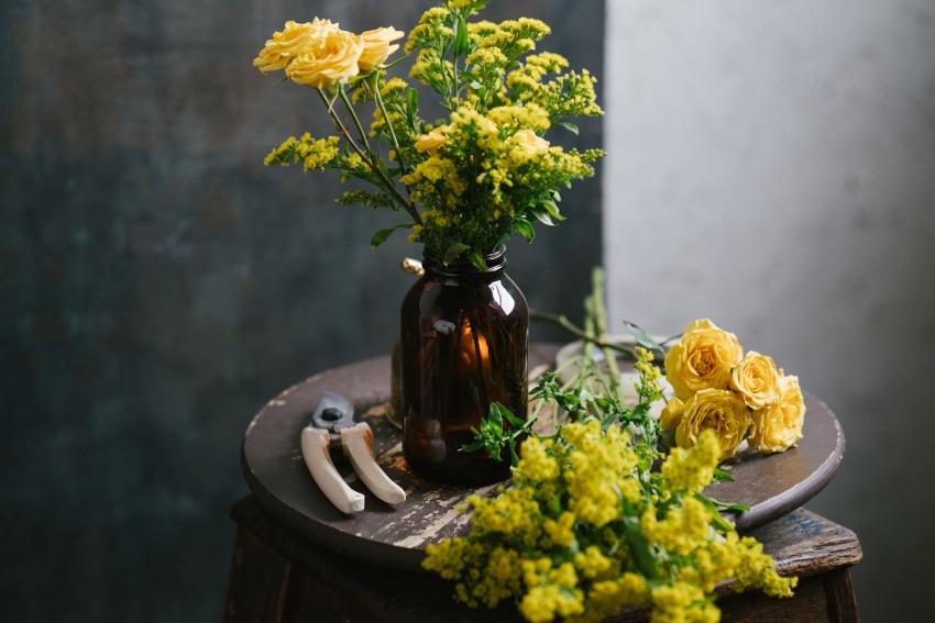 気軽に楽しめる「花のある暮らし」-家にあるものを花瓶に-