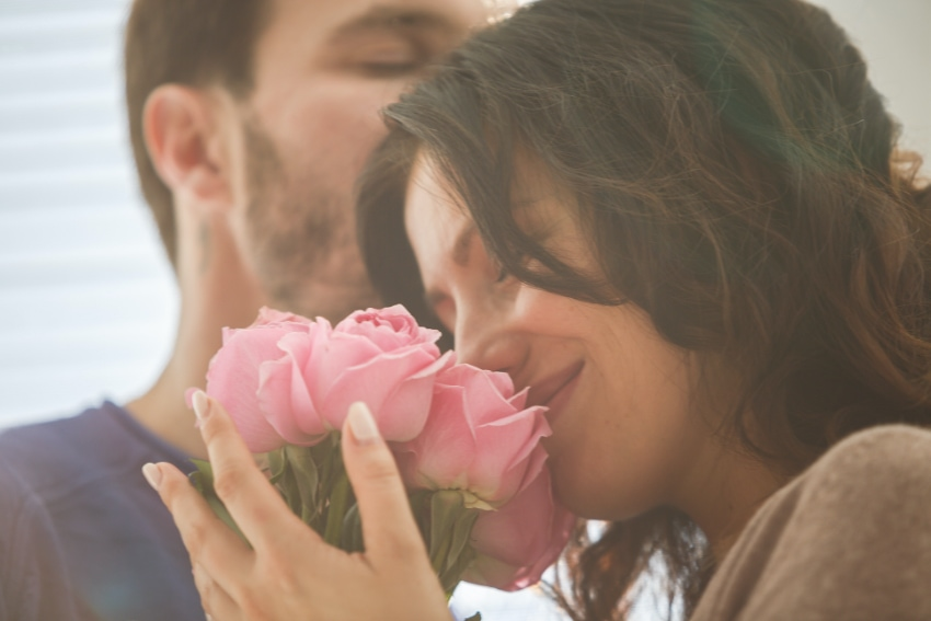 花束はロマンチックな雰囲気を演出する