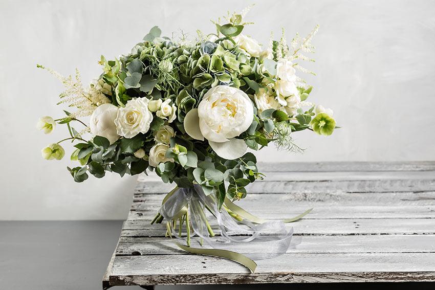 甘さを抑えたグリーン多めの花束