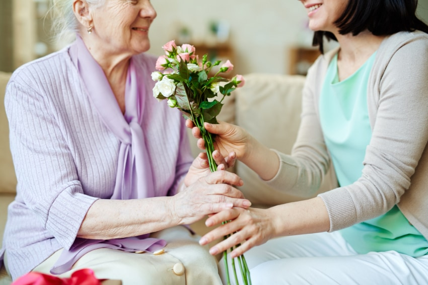 祖父母に花束をプレゼントするのはどんなシーン?
