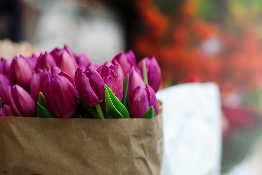 外で花束を渡す際