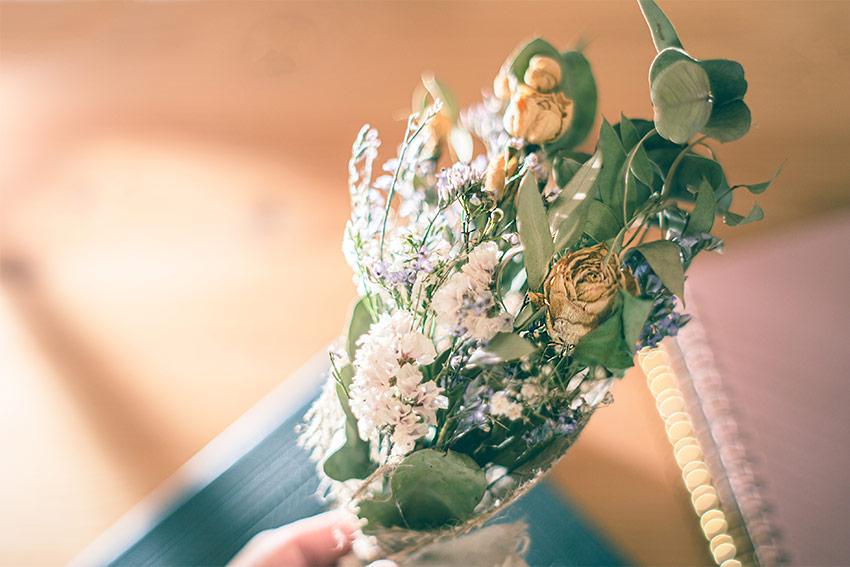 生花以外で作られた花束もある